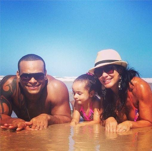 Scheila Carvalho curte praia com o marido e a filha: