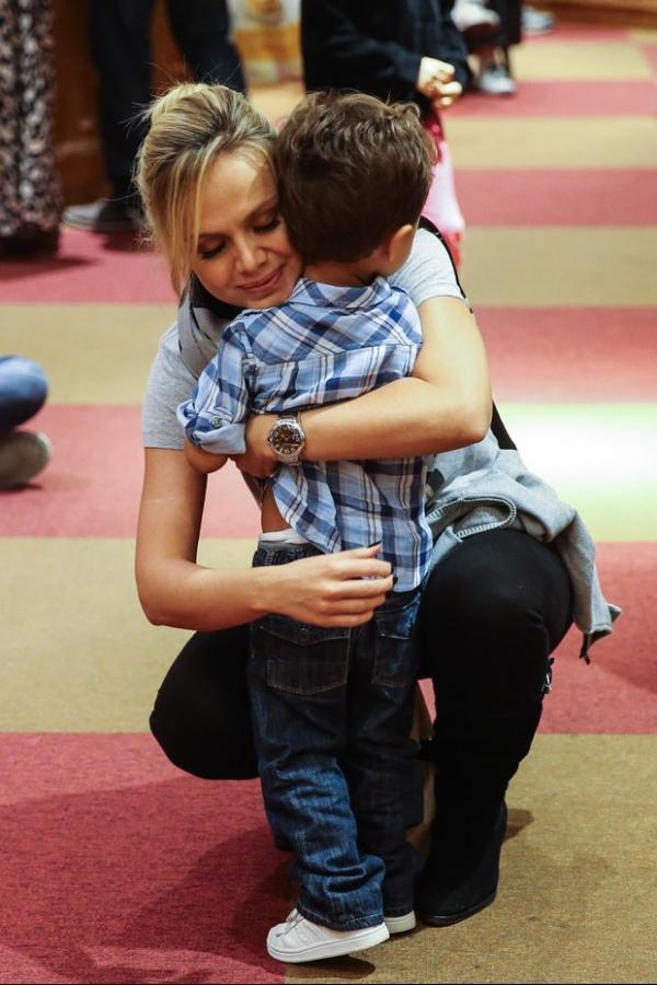 Sem alian軋, Eliana leva filho  pe軋 infantil, em S縊 Paulo