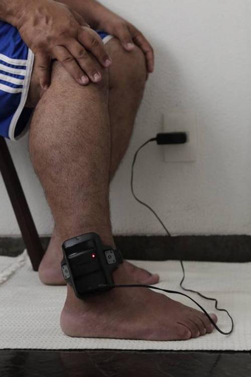 Troca de tornozeleira eletrônica faz preso ficar ligado na tomada