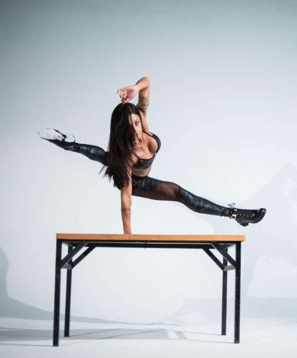 Aline Riscado mostra flexibilidade e corpo sarado em campanha