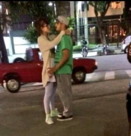 Caio Castro e Maria Casadevall são flagrados trocando carícias no meio da rua; fotos
