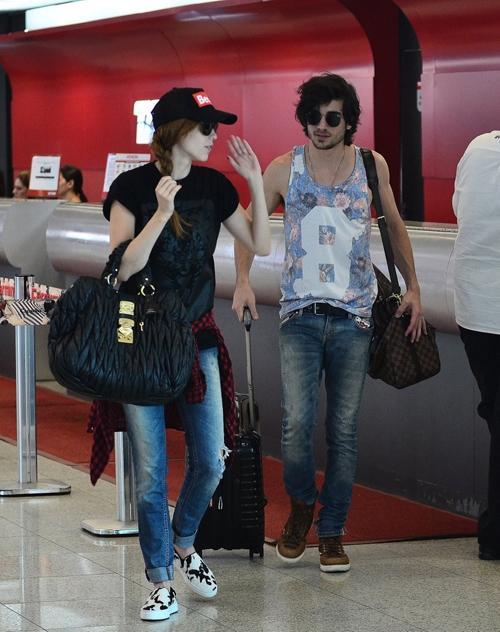 De regata florida e bolsa de grife, Fiuk chega ao Rio com Sophia Abrahão