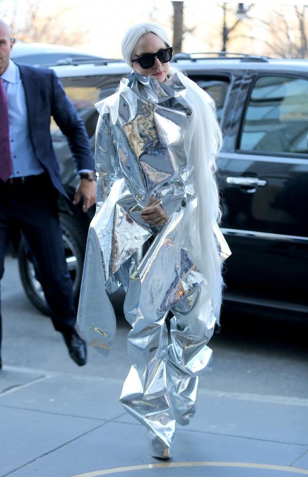 Lady Gaga ataca de novo e usa modelito feito de papel laminado
