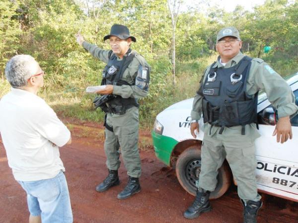 Bando faz dez pessoas reféns e levam carro, dinheiro e joias durante assalto