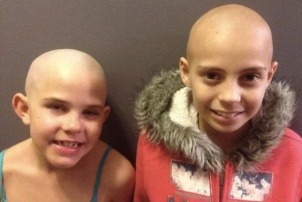 Criança de 9 anos é impedida de entrar na escola porque raspou o cabelo para apoiar amigo com câncer