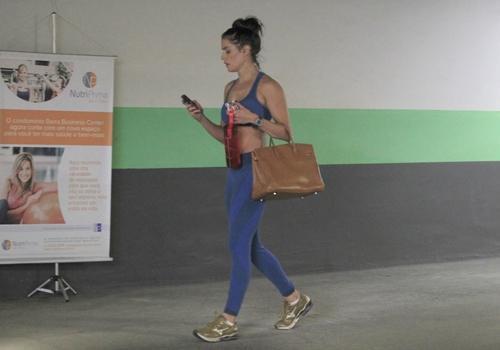 De barriga de fora, Deborah Secco exibe figura esguia em dia de academia