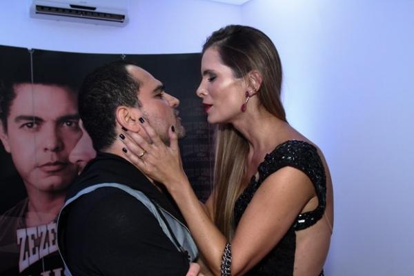 Decotada, mulher de Luciano paparica o cantor