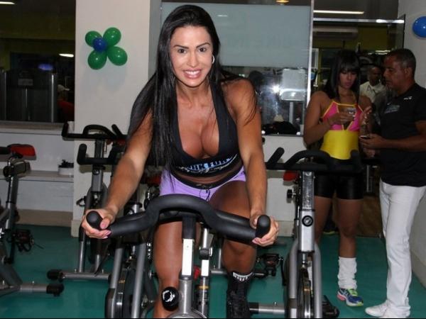 Gracyanne Barbosa usa look curtinho e decotado para malhar