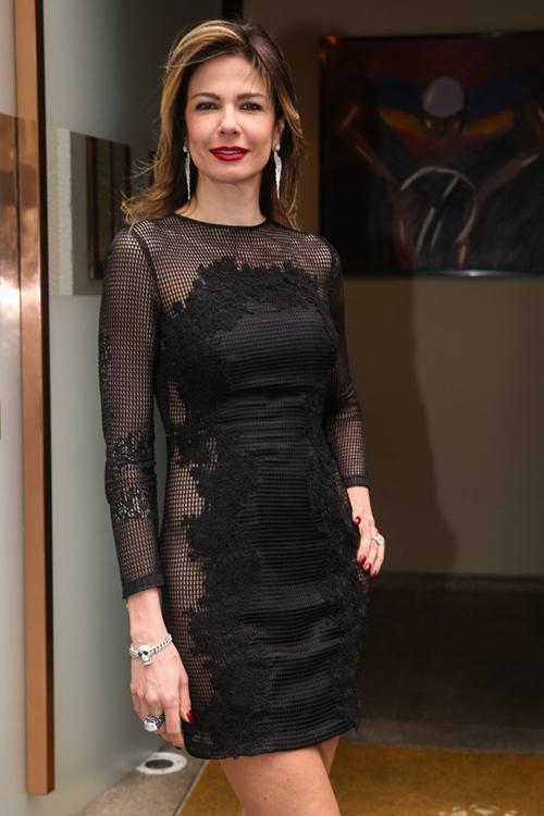 Luciana Gimenez usa vestido com transparência e sensualiza para foto