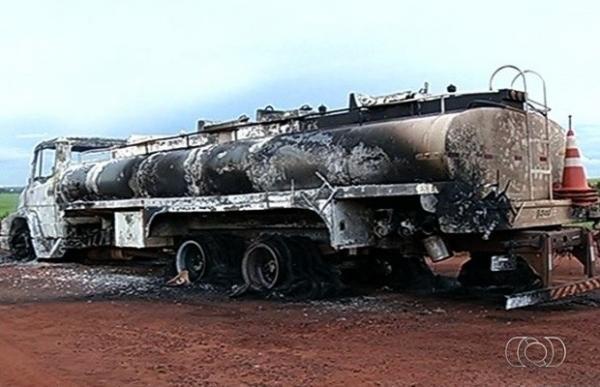 Motorista dirige carreta em chamas para evitar que fogo se espalhasse