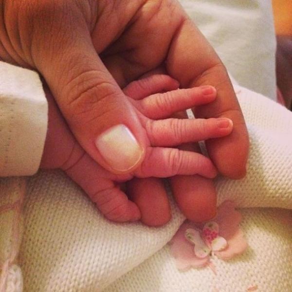 Nívea Stelmann deixa a maternidade com a filha: