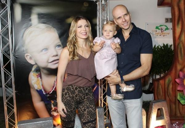 Sheila Mello e Fernando Scherer comemoram aniversário da filha