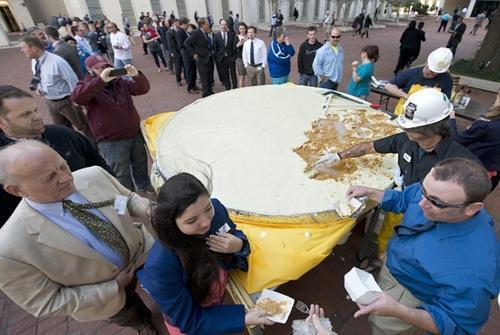 Torta de lima gigante é servida nos EUA e rende mais de mil pedaços