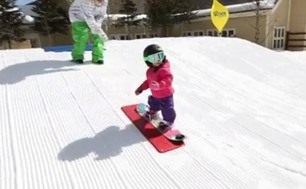Bebê de 18 meses encanta ao praticar snowboard em pista nos EUA