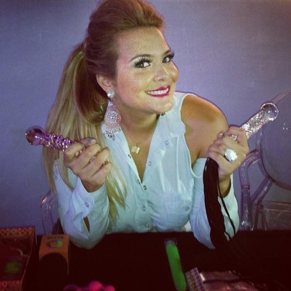 Geisy Arruda visita feira de produtos eróticos
