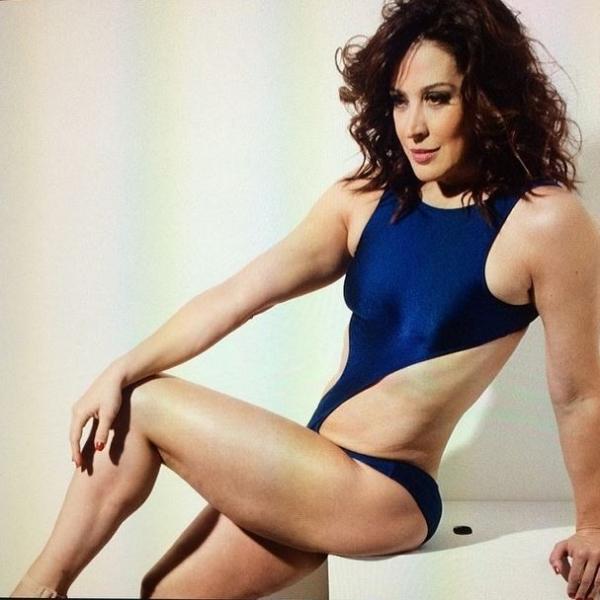 Aos 47 anos, Claudia Raia posa para revista e exibe corpo sarado