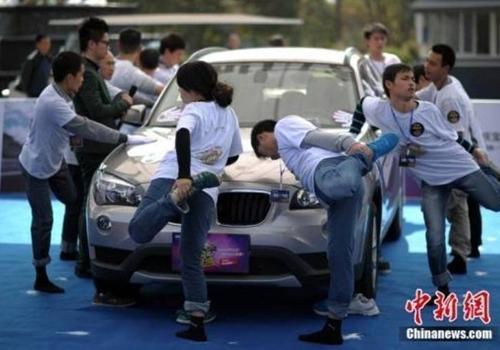 Chinês ganha carrão numa pernada só em campeonato bizarro