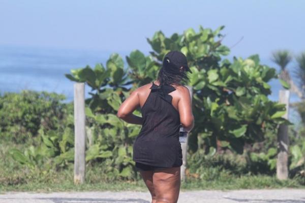 Ex-BBB Priscila corre na orla e chama atenção com perna estranha
