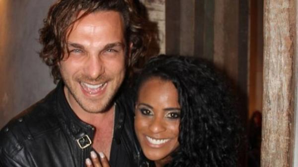 Ex-Rouge anuncia que filho com ator Igor Rickli é menino: ?Antônio vem aí?