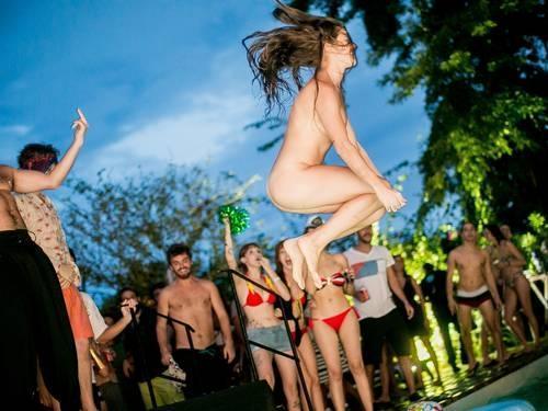 Nudez em festas do Rio gera controvérsia entre frequentadores