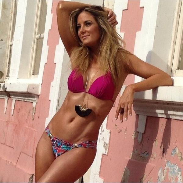 De biquíni, Ticiane Pinheiro exibe barriga sarada em campanha