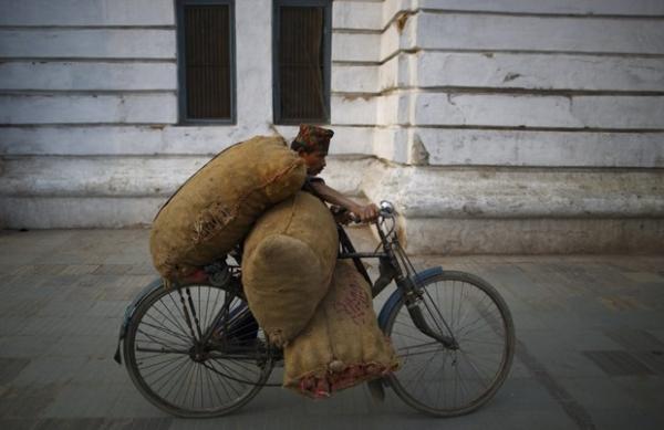 Homem leva bicicleta
