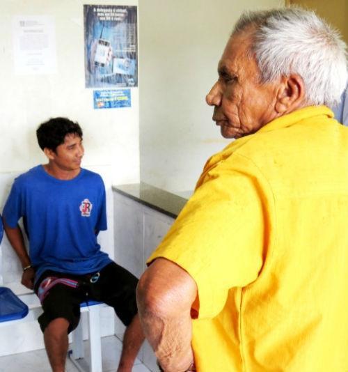 Jovem derruba o próprio pai idoso. Após agressão, é preso pela PM