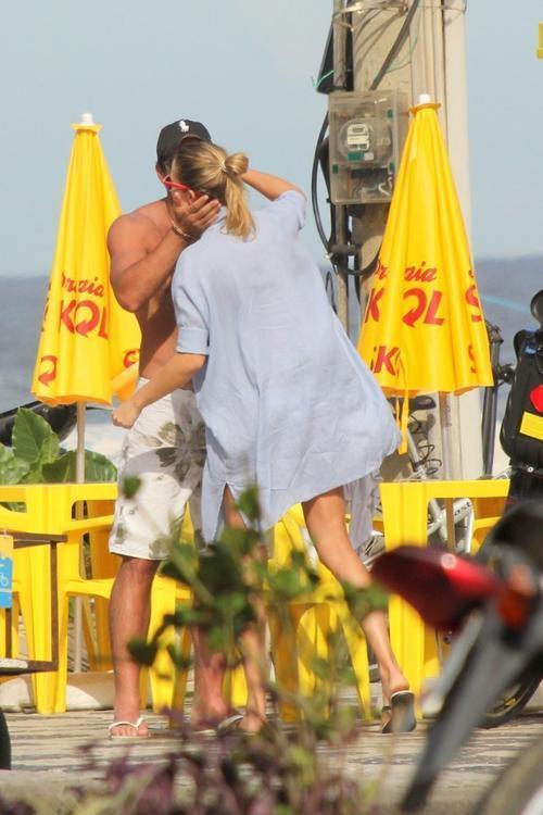Letícia Birkheuer vai de biquinho branco à praia no Rio