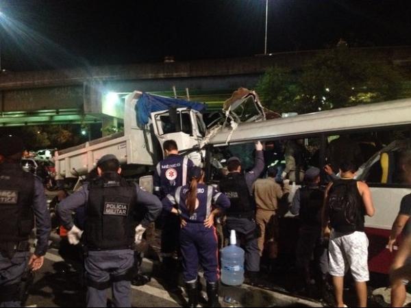 No AM, acidente entre micro-ônibus e caminhão mata mais de dez pessoas