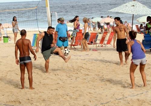 Ronaldo aproveita praia com um beijo, futevei e sua filha Maria Alice