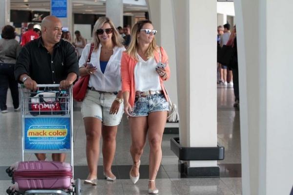 Viviane Araújo exibe seus pernões em aeroporto de São Paulo