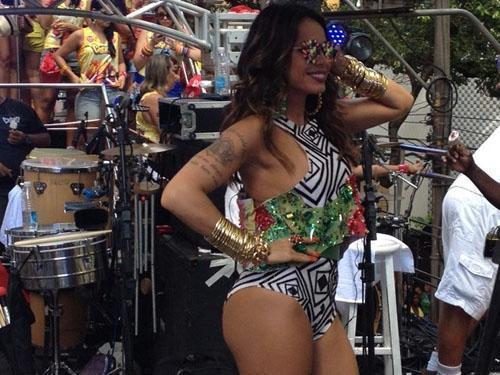 cantora Alinne Rosa homenageia Copacabana com figurino curtíssimo