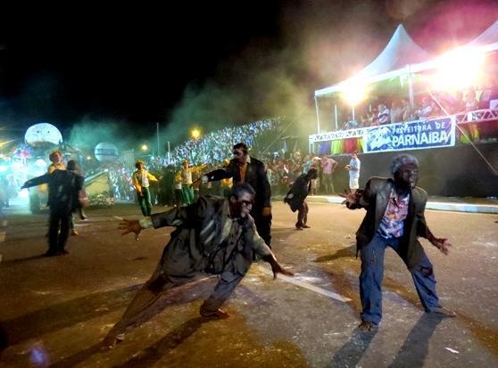 Escolas de samba apresentam sua arte em desfile de Parnaíba