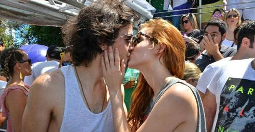 Fiuk e Sophia Abrahão se beijam em cima de trio elétrico em Salvador