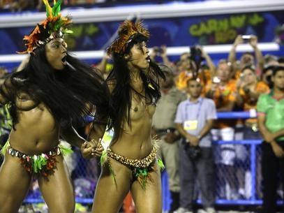 Mangueira tem carro entalado, arraiá e Parada Gay na hora do desfile