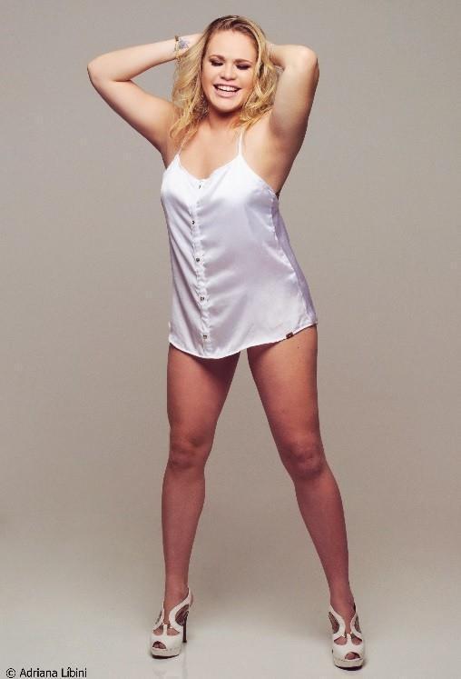 Ex-BBB Paulinha mostra novas curvas em fotos sensuais: