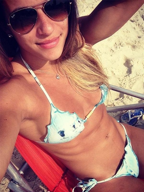 Jade Barbosa exibe barriga sarada na praia e recebe elogios