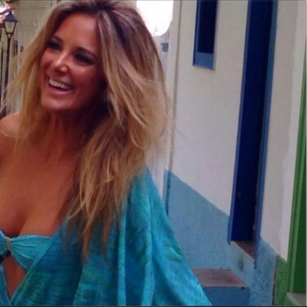 Tici Pinheiro começa o domingo sorridente, de biquíni e messy hair
