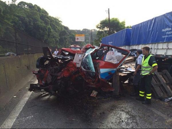Acidente entre sete veículos deixa um morto e interdita a Rodovia Anchieta