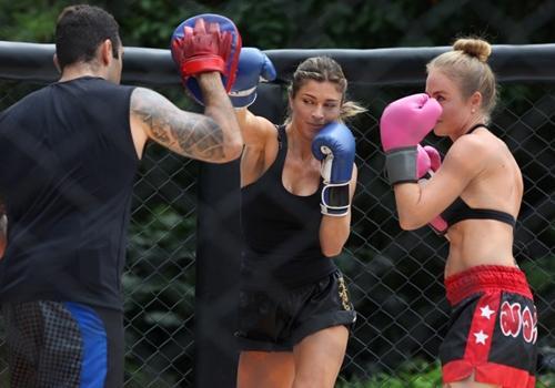Amantes da modalidade, Angélica e Grazi Massafera lutam muay thai