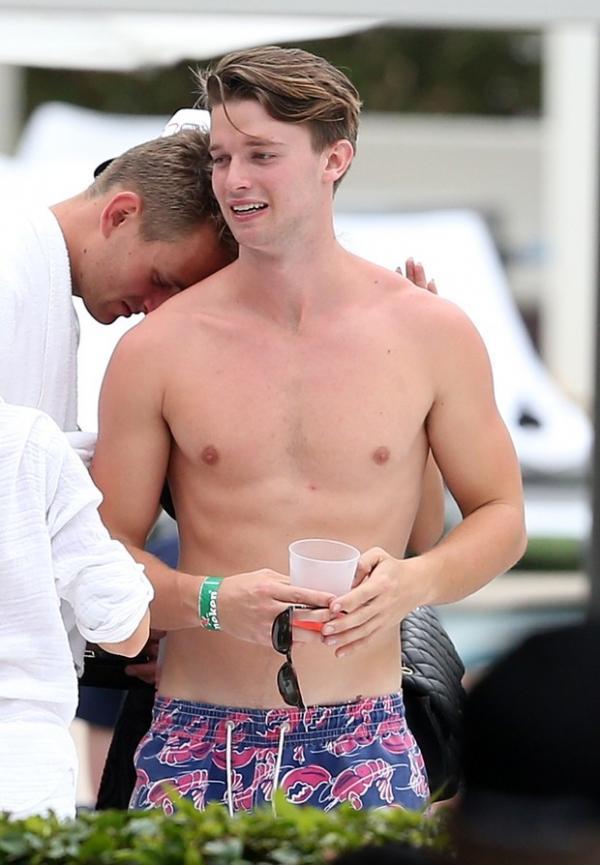 Gen騁ica boa! Filho de Schwazengger chama aten鈬o em festa em Miami