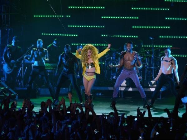 Lady Gaga tira short e deixa calcinha pequenininha à mostra