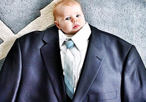Nova tendência no Instagram: bebês vestidos de ?mini-empresários?