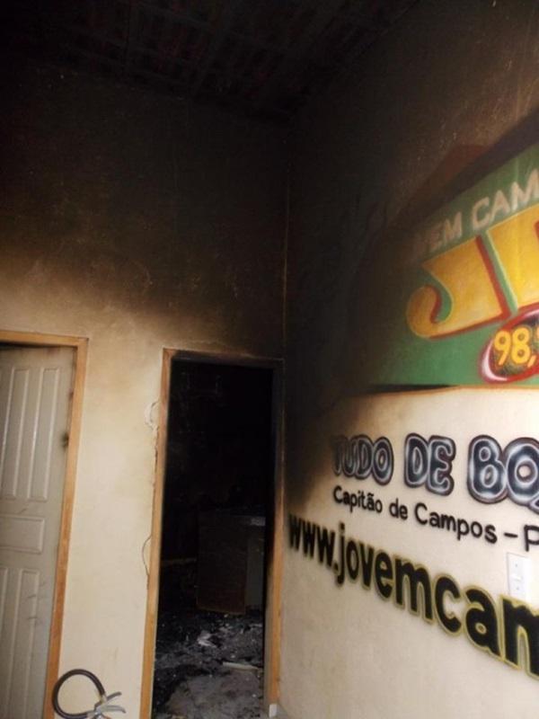 Raio atinge rádio e queima prédio e todos os equipamentos; perda total