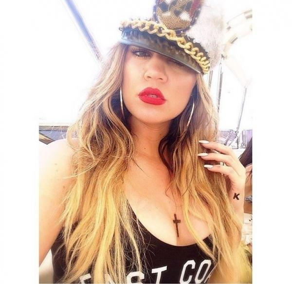 Só no carão! Khloe Kardashian posa decotada e com bocão vermelho