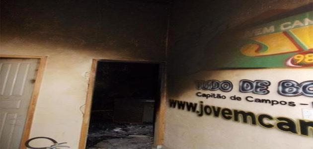 Raio atinge rádio e destroi prédio e equipamentos em Capitão de Campos; fotos!