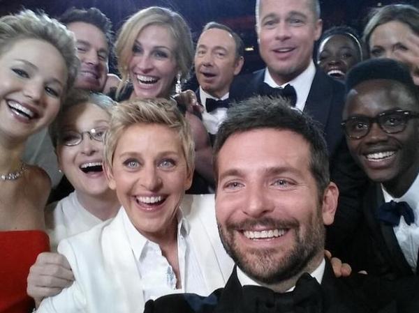 Apresentadora troca Samsung por iPhone no backstage no Oscar 2014