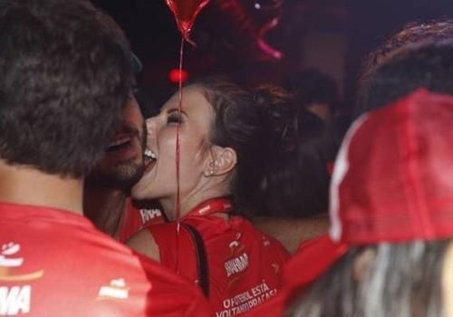 Ator Thiago Rodrigues ganha mordida sensual em um camarote da Sapucaí