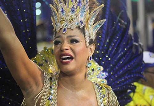 Atriz Juliana Alves se emociona à frente da bateria da Unidos da Tijuca
