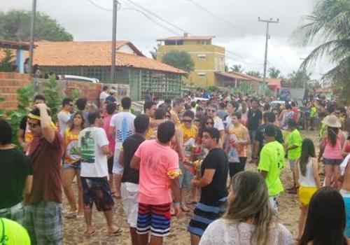 Bloco ManiVela atrai multidão na praia do Coqueiro
